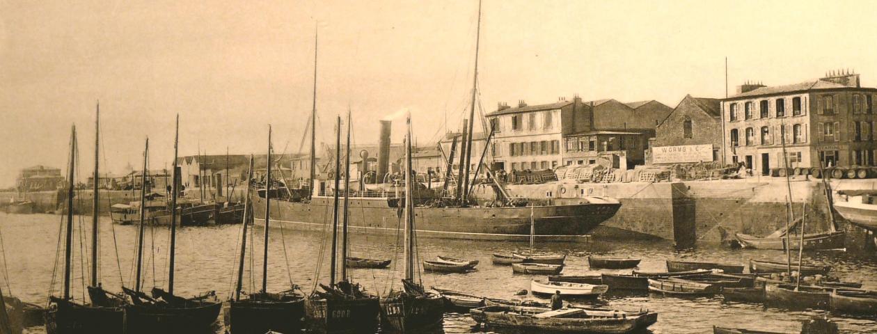 """Le vapeur """"Emma"""" devant la succursale de Brest - 1913"""